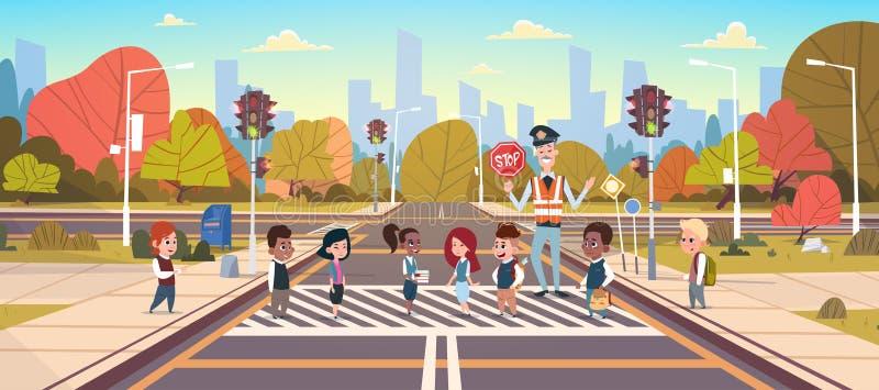 警察卫兵帮助小组穿过路的小学生 向量例证