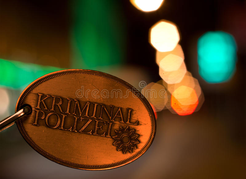 警察在城市光前面分批在夜之前 库存照片
