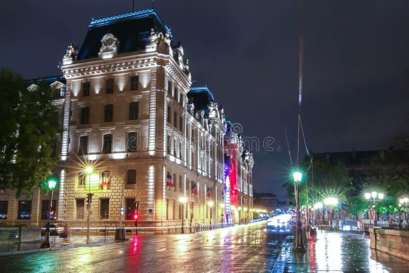 警察在晚上,巴黎,法国专区的宫殿  库存图片