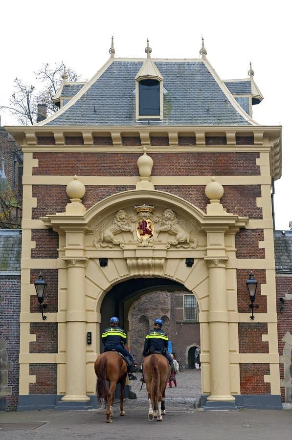 警察在Binnenhof下院海牙守卫 库存图片