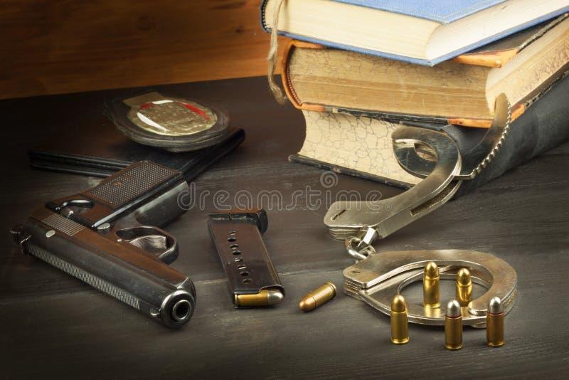 警察开枪并且证章 保卫治安的武器 自己的权利枪 防御法律 调解官 罪行处罚 免版税库存照片
