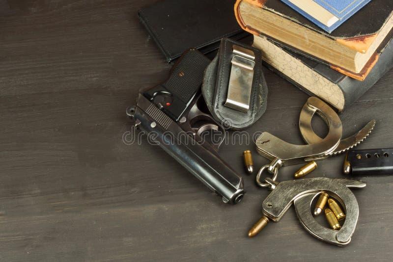警察开枪并且证章 保卫治安的武器 自己的权利枪 防御法律 调解官 罪行处罚 库存图片