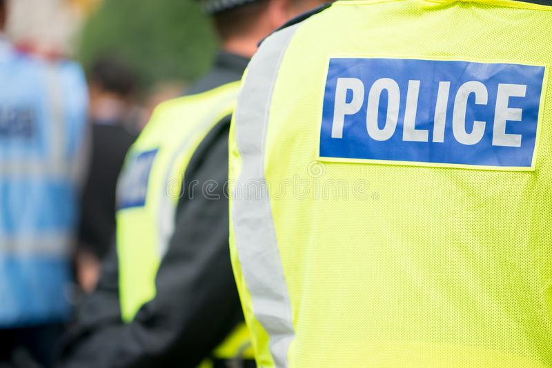 警察待命保证在的公共安全经受种族主义示范 免版税库存照片
