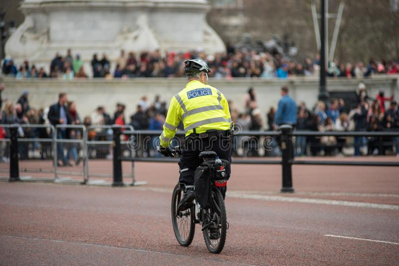 警察循环巡逻在伦敦的官员 免版税图库摄影