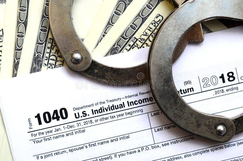 警察手铐在报税表说谎1040 概念的proble 图库摄影