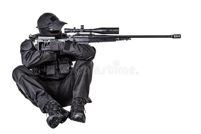 警察扑打在坐姿的狙击手射击 免版税库存照片