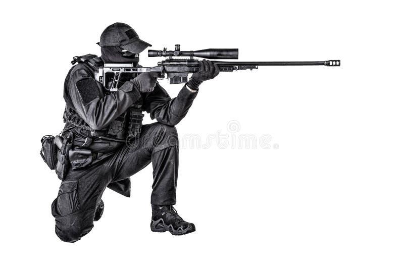 警察扑打在坐姿的狙击手射击 库存照片