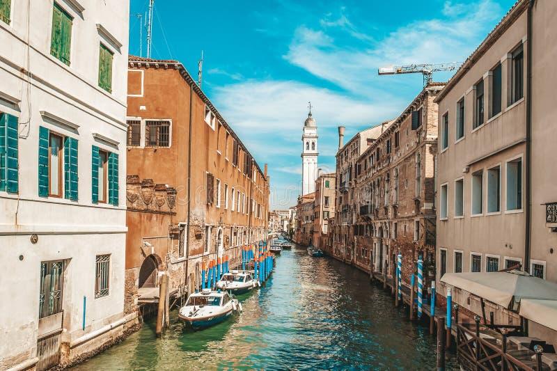 威尼斯,意大利,2018年9月4日 威尼斯市意大利 警察水运输 运河的看法,与小船的威尼斯式风景和 免版税库存照片
