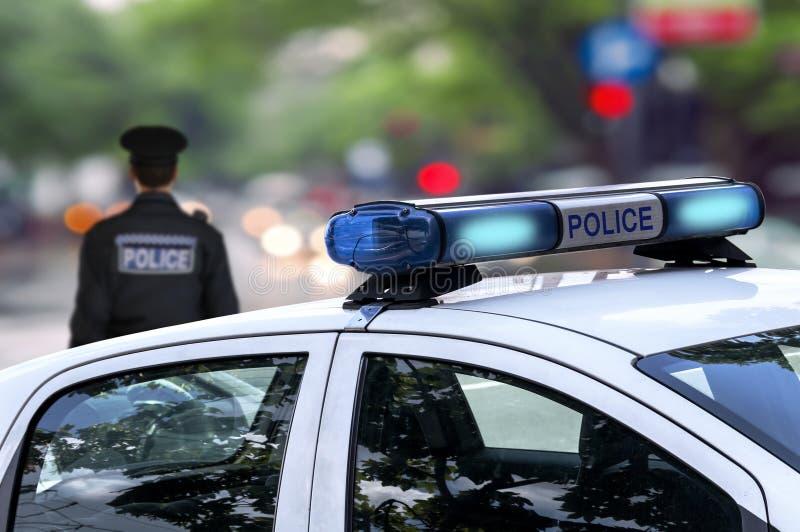 警察紧急情况服务有警报器的驾车街道 免版税库存照片