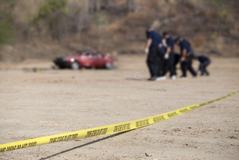 警察线不做与被弄脏的汽车和小组的十字架法律enforc 免版税库存照片