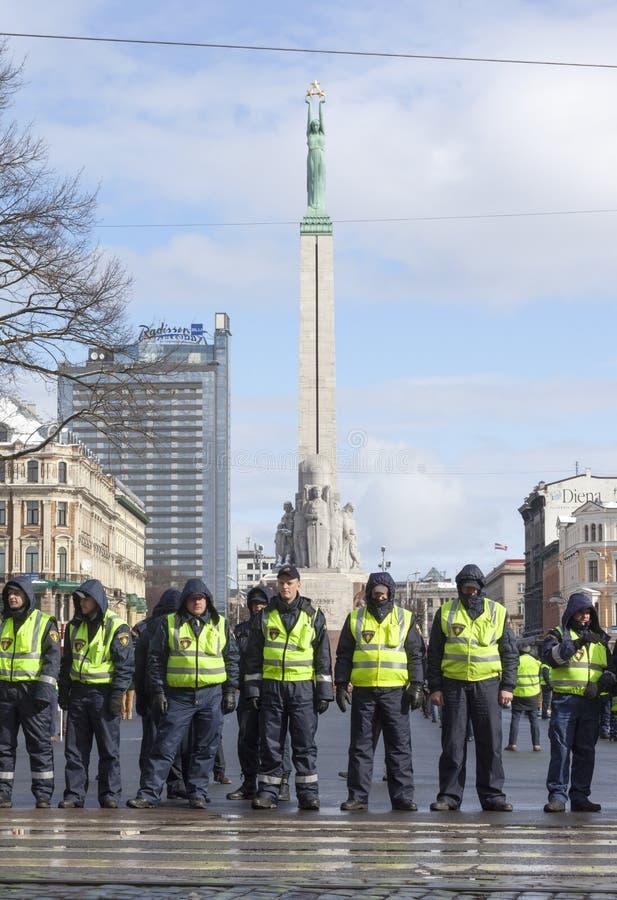 警察线infront自由纪念碑在里加,拉脱维亚 免版税库存照片