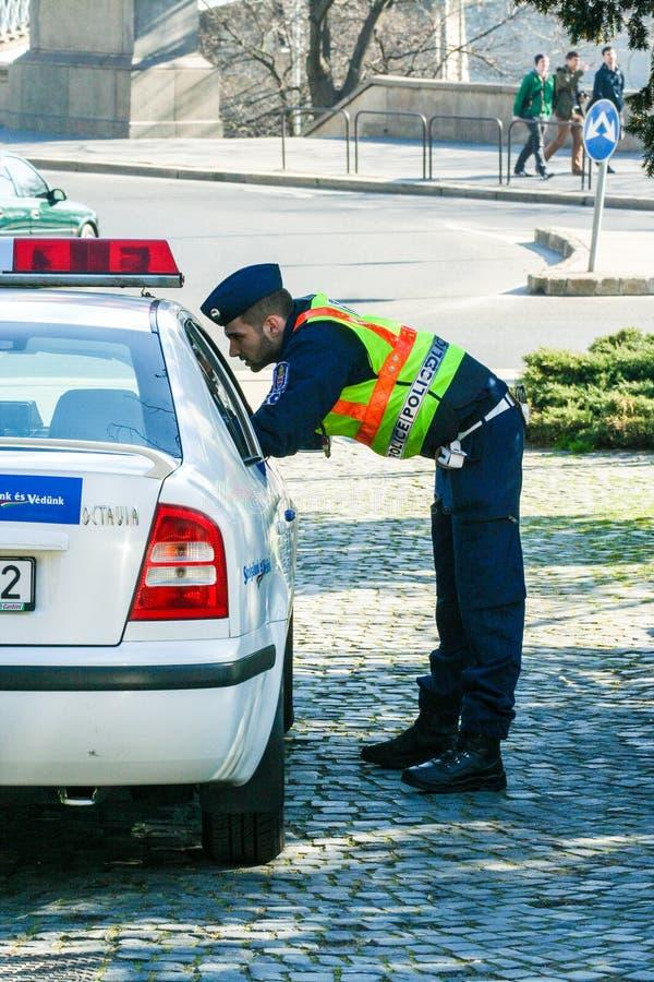 警察谈话与另一个在汽车 布达佩斯都市风景 库存图片