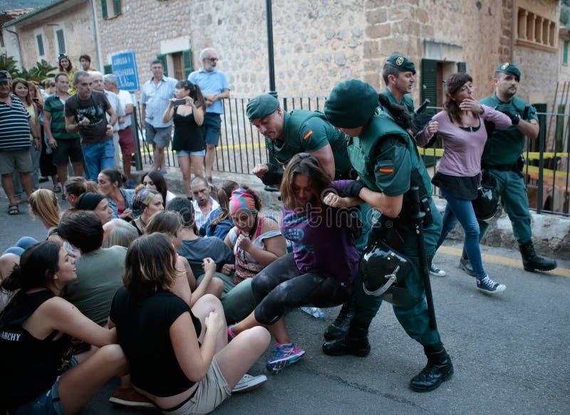 警察赶出抗议反对布尔朗战役在马略卡 库存图片