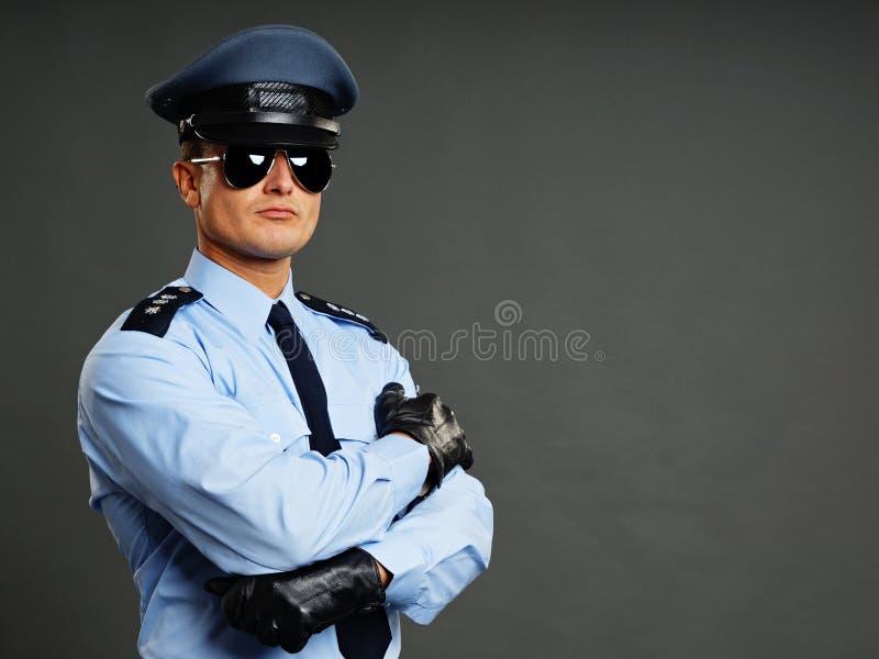 警察太阳镜男