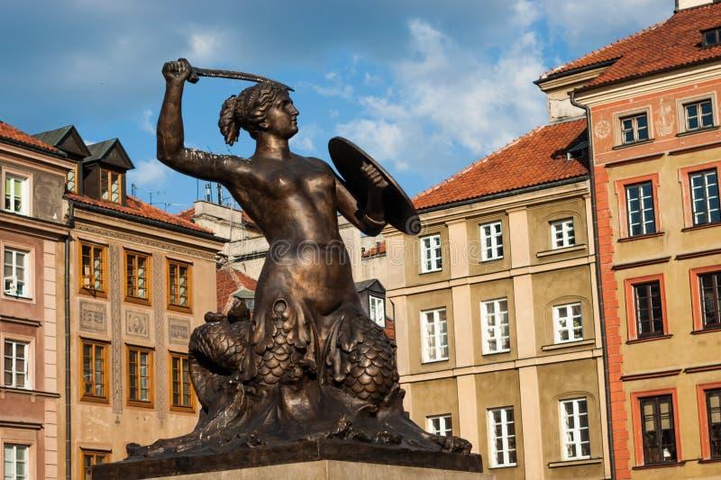 警报器雕象在华沙市场(城市符号)上的 库存图片