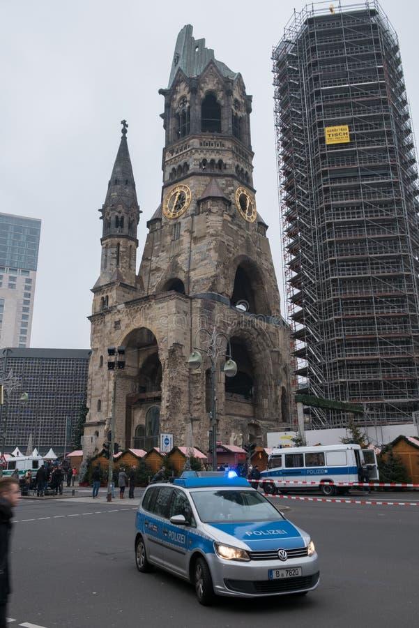 警车在纪念教会/圣诞节市场上在柏林 库存照片