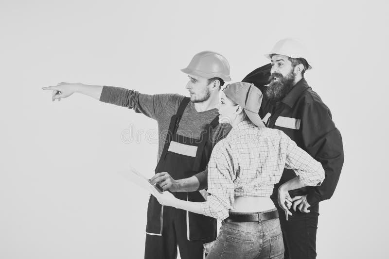 计划修理概念 在盔甲的工作者旅团,建造者,修理匠和夫人谈论合同,白色背景 免版税库存照片