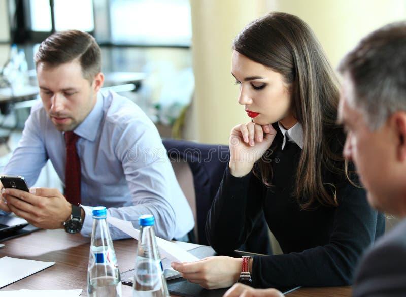 计划工作的确信的商务伙伴在会议上 免版税库存照片