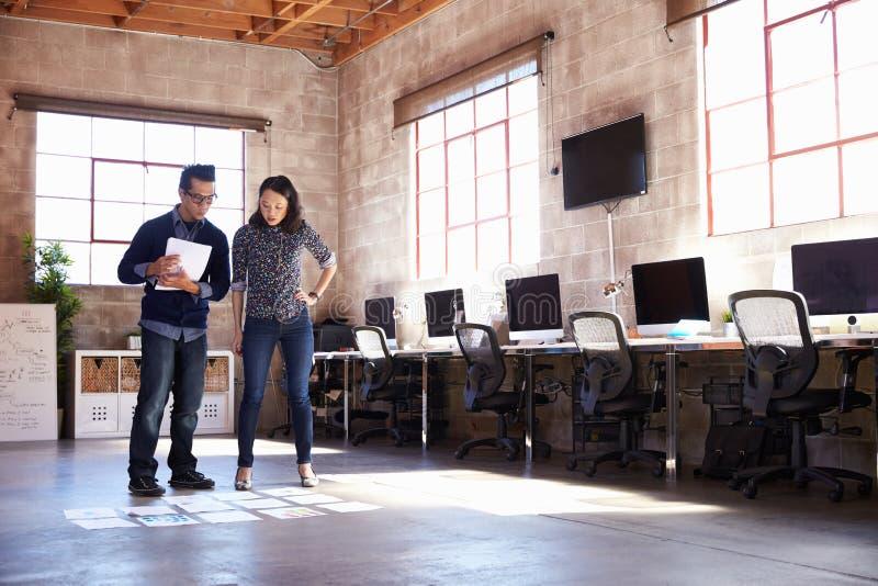 计划布局的设计师在现代办公室地板  免版税图库摄影