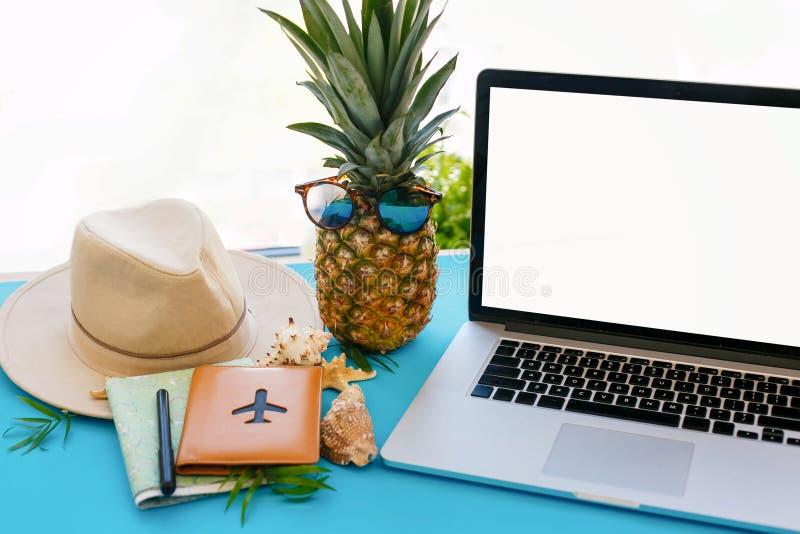 计划暑假概念 有空的屏幕的,杉木膝上型计算机 库存照片