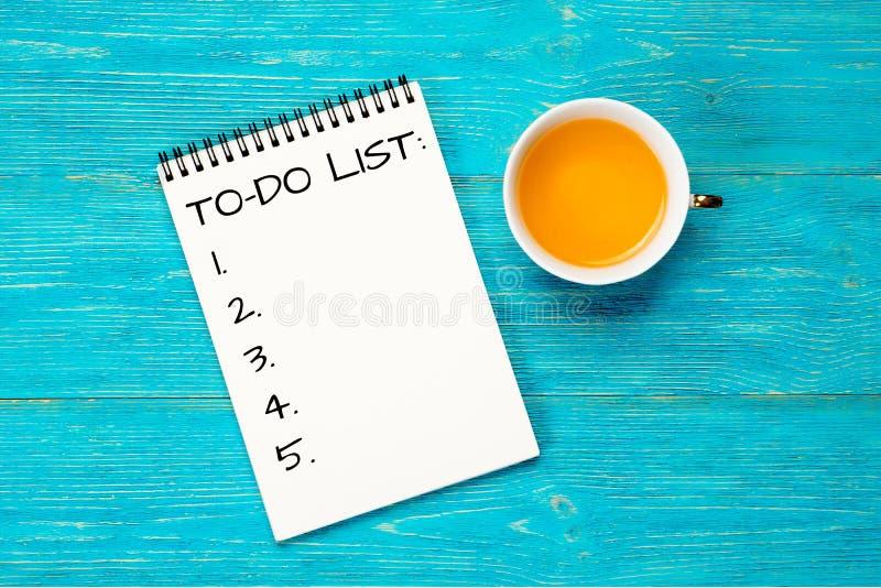 计划目录,在绿松石桌上的个人计划者 免版税库存照片