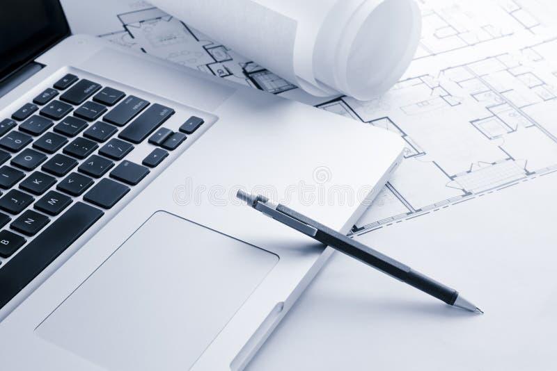 计划膝上型计算机机械铅笔 免版税图库摄影