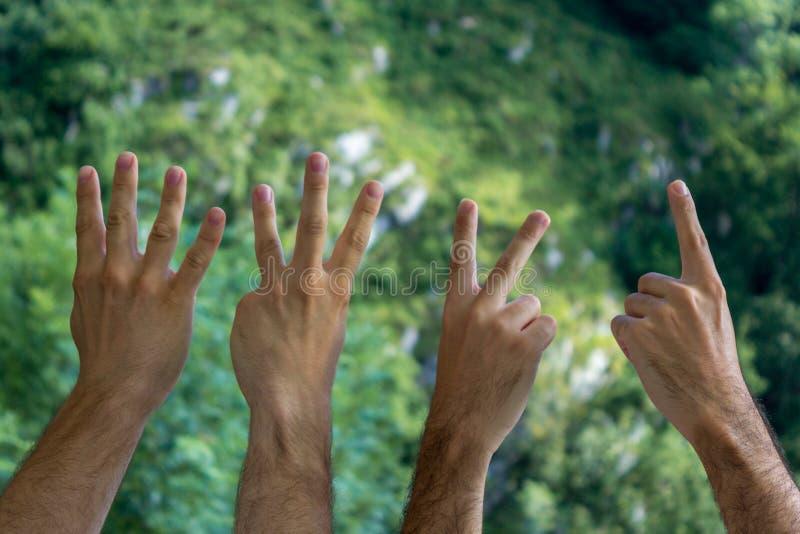 计数下来从4到1与手指的手 图库摄影