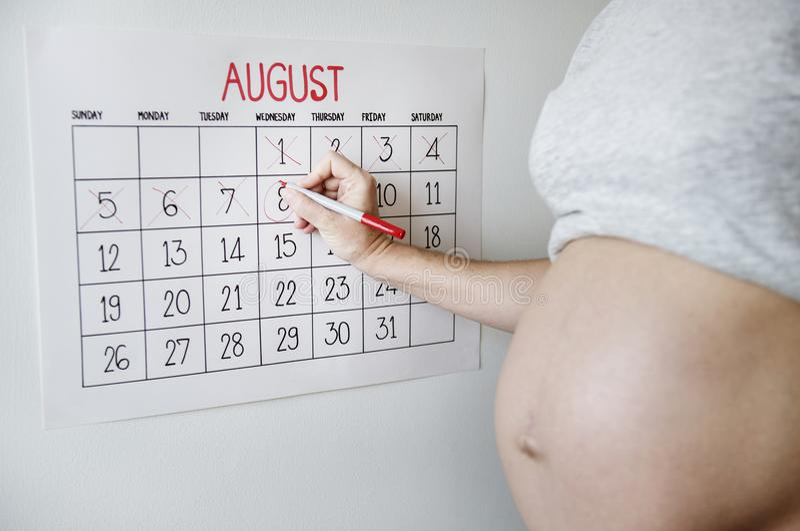 计数下来在交货日期的孕妇 免版税库存图片