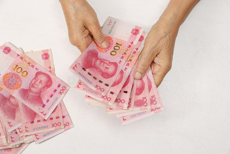 计数付款的中国资深妇女金钱 库存图片