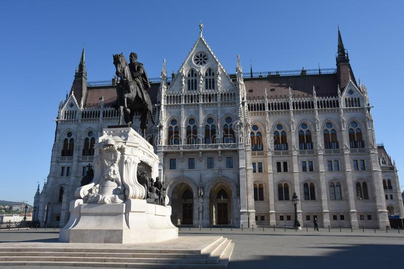 计数在匈牙利议会大厦前面的久洛Andrassy雕象  免版税图库摄影