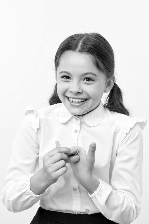 计数在手指的女孩 首先 女孩校服微笑的面孔黄色背景 女孩愉快回到学校 免版税库存照片