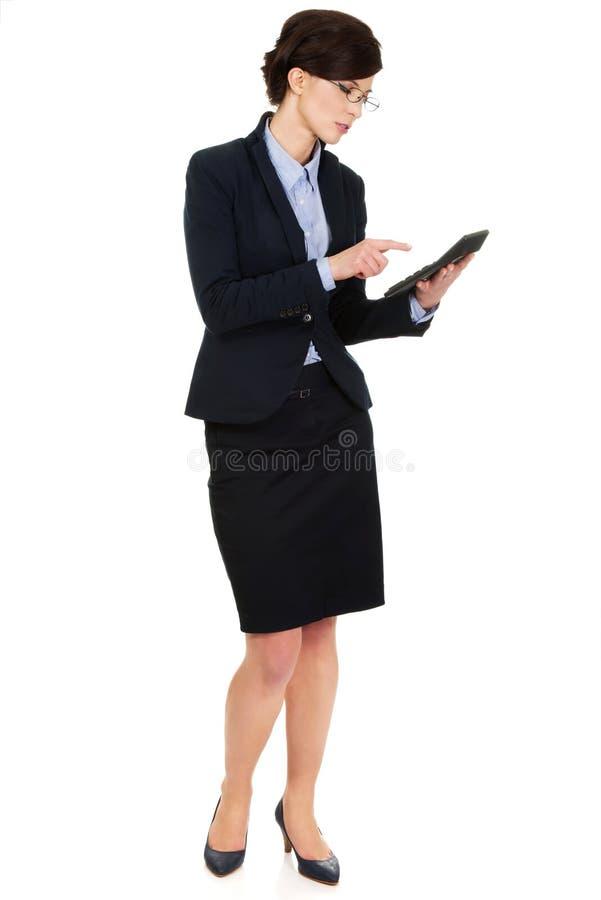 计数在计算器的女实业家 免版税库存照片
