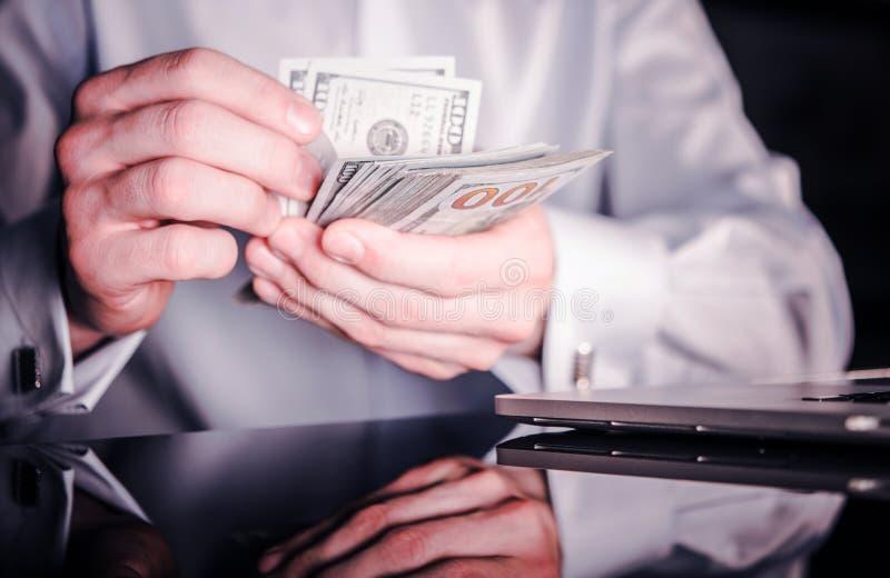 计数现金金钱的银行家 免版税库存照片