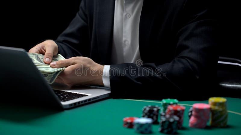 计数美元的网上赌博娱乐场球员赢得在啤牌的中奖金额,赌博 图库摄影
