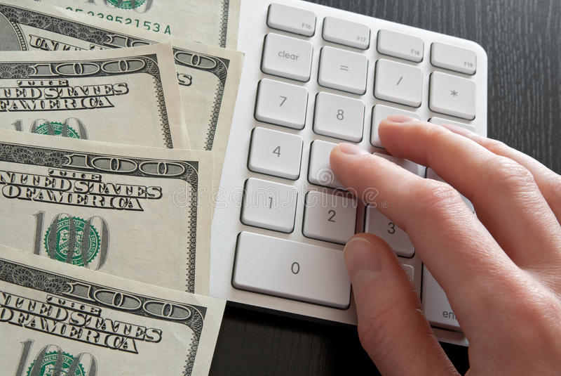 计数货币的计算器计算机 免版税库存照片
