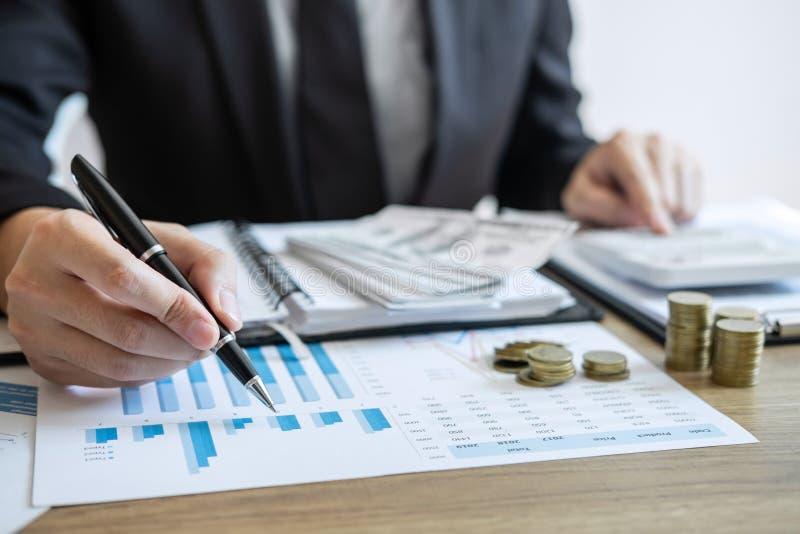计数金钱和做笔记的商人会计在做财务的报告和计算关于投资的费用和 免版税图库摄影