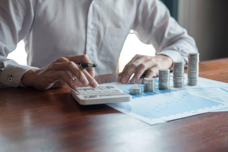 计数金钱和做笔记的商人会计在做财务的报告和计算关于投资的费用和 库存照片