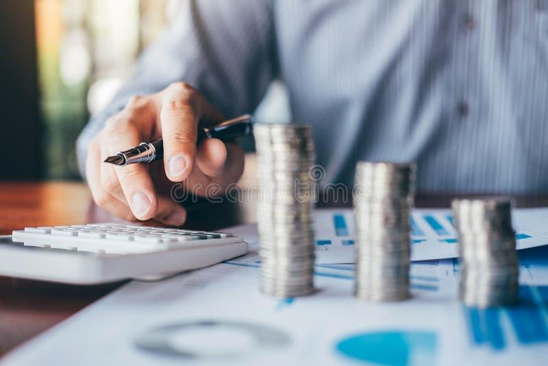 计数金钱和做笔记的商人会计在做财务的报告和计算关于投资的费用和 免版税库存图片