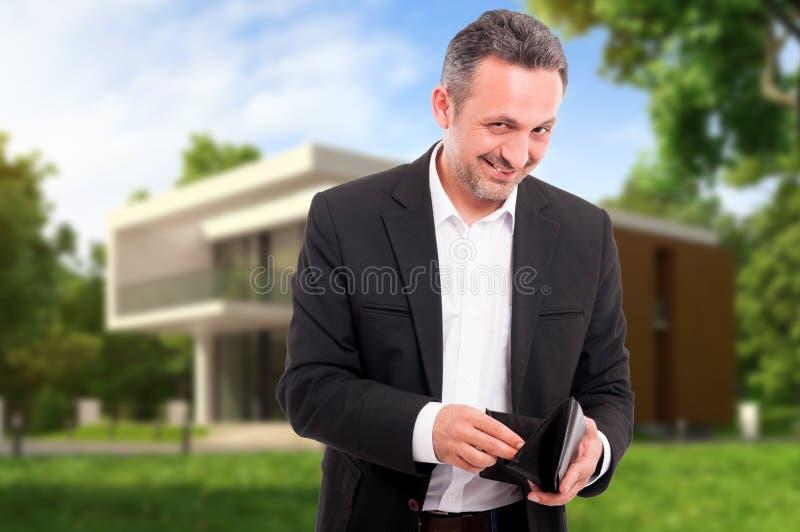 计数从他的钱包的成功的地产商金钱 免版税库存图片