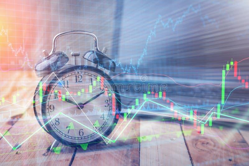 计时与储蓄图表图的警报在膝上型计算机屏幕背景中 T 库存图片