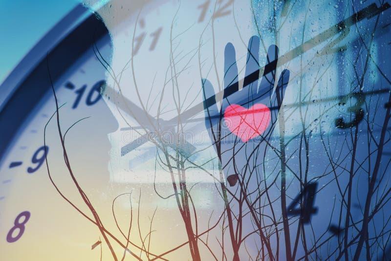 计时爱和等待某人有偏僻的心脏冬天季节的 库存照片