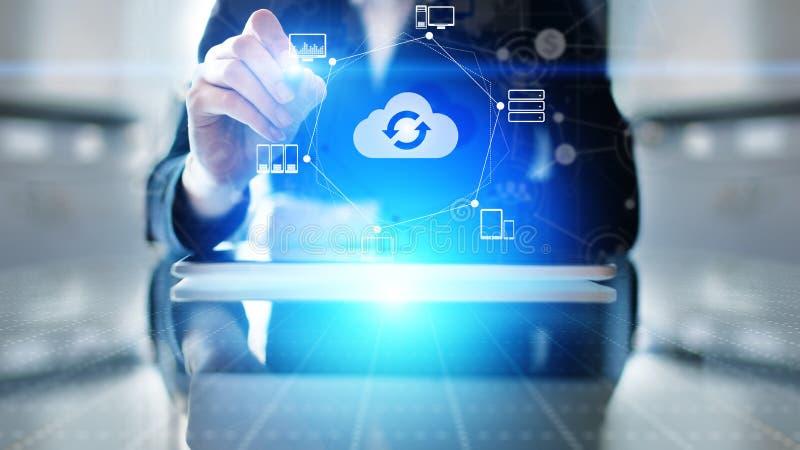 计算云彩的技术和数据存储 在虚屏上的互联网和网络概念 免版税库存照片