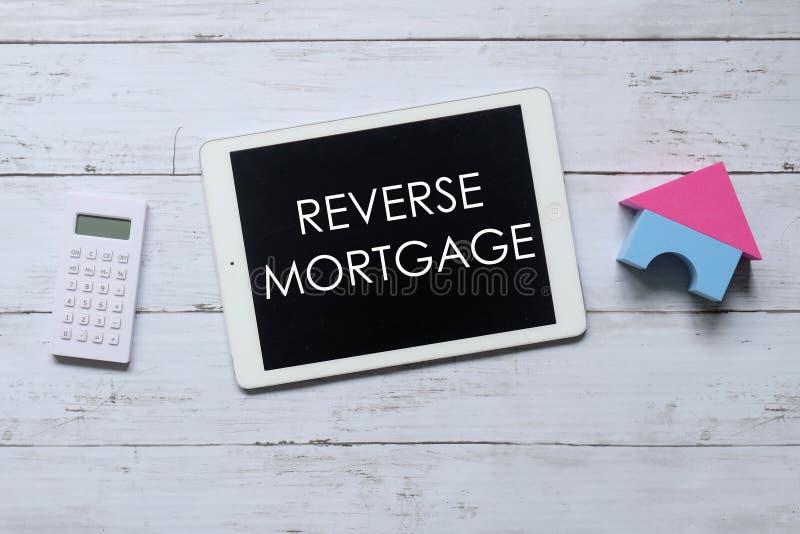计算器、房子模型和片剂顶视图写与反向抵押 企业和财务概念 向量例证