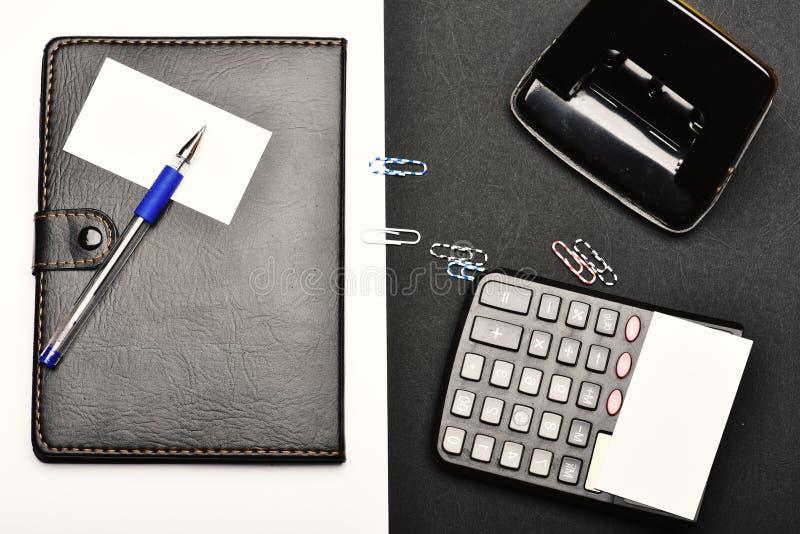 计算器、打孔器和组织者作为工作和企业概念 库存图片
