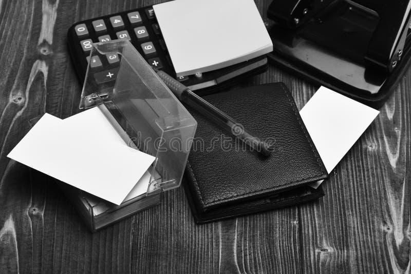 计算器、穿孔机、持卡者、笔记和笔在葡萄酒背景 图库摄影