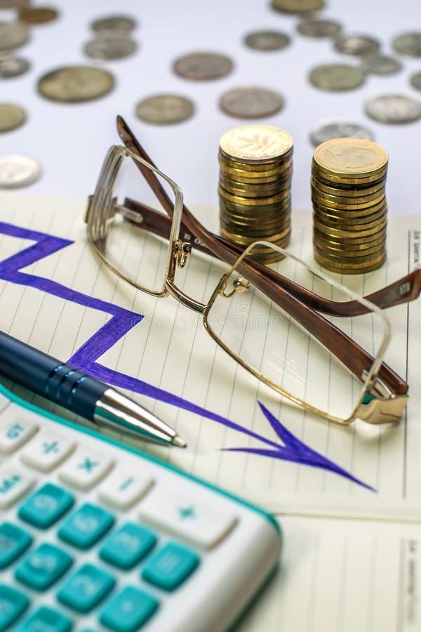 计算器、笔、玻璃和硬币 工作环境在营业所 库存图片