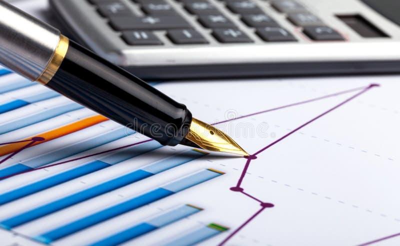 计算器、笔和财政报告 关闭 库存图片