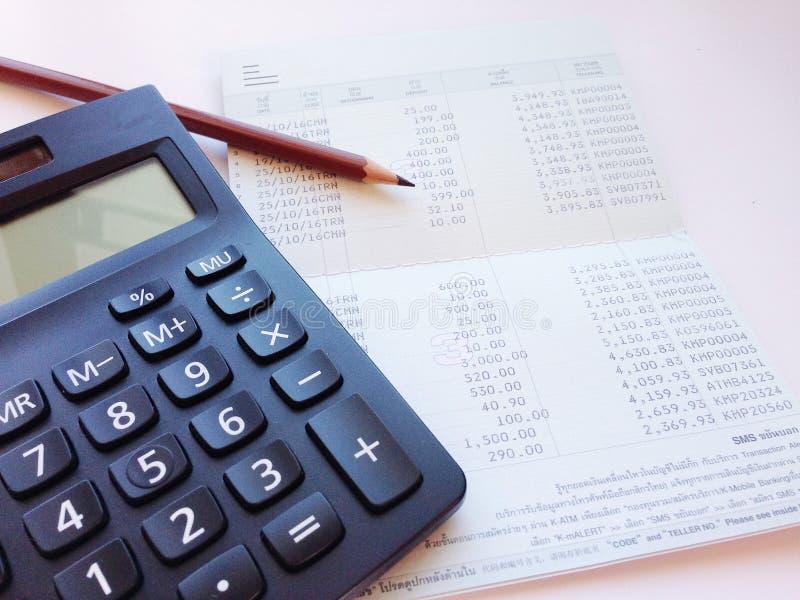 时差计算器_计算器,铅笔和储蓄存款书或者财政决算在办公桌桌上