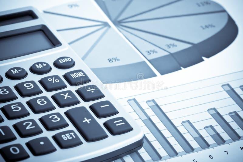 计算器和业务报告 免版税库存照片
