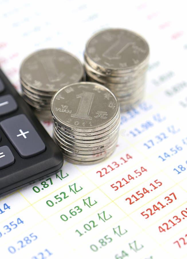 计算器和硬币在帐户数据名单上 库存照片